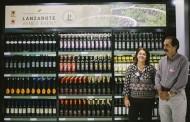 Acuerdo de promoción de los vinos de Lanzarote en el aeropuerto de la isla