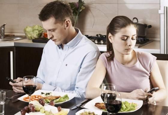 Comemos demasiado rápido, pendientes del móvil o la televisión y cada vez mássolos