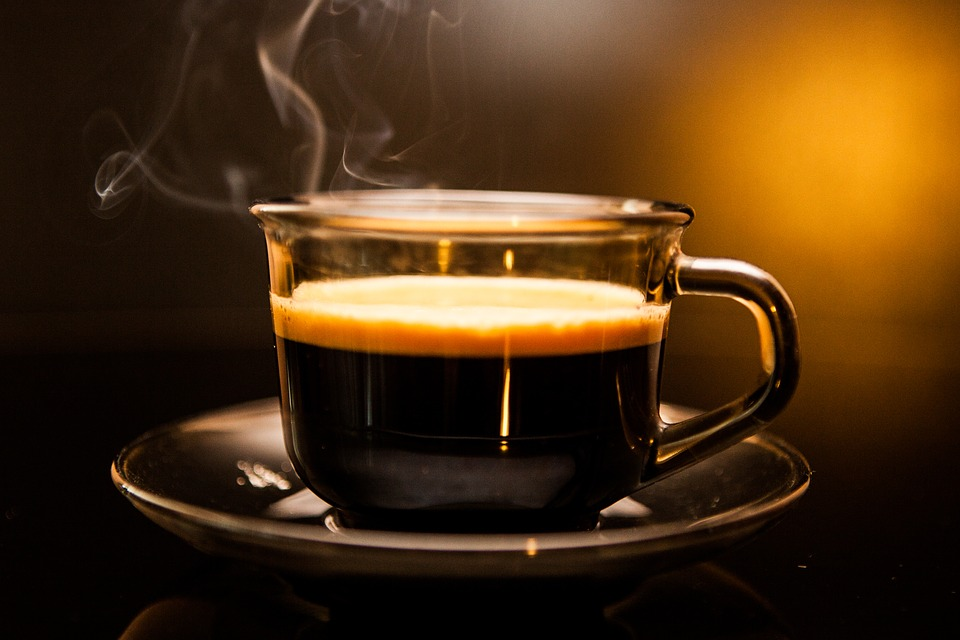 Bebidas muy calientes, probable causa de cáncer de esófago, según la OMS