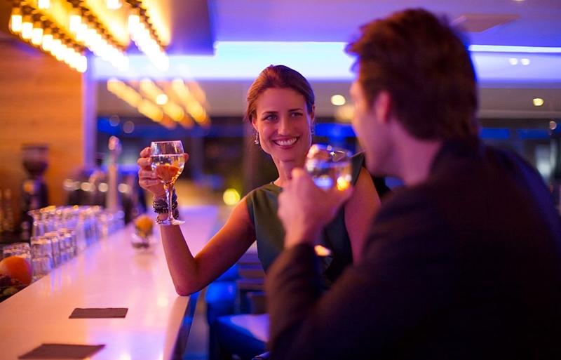 Una aplicación de móvil indica que una copa es la opción preferida en las primeras citas