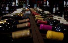 ¿Cómo se guardan las botellas de vino, en posición vertical u horizontal?