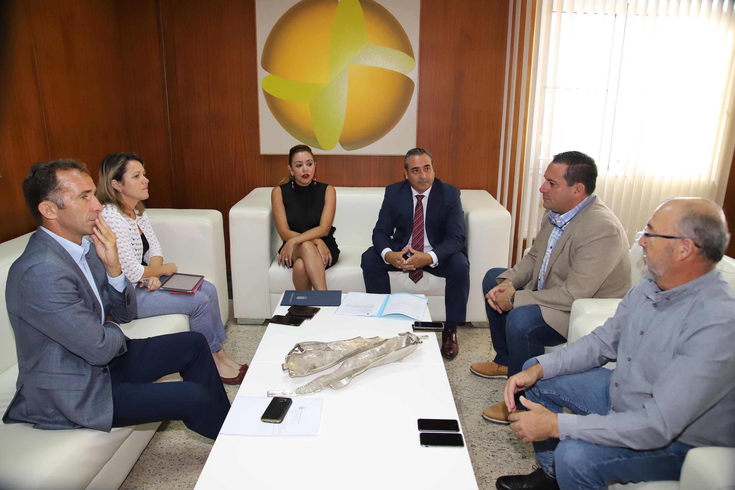 Gobierno de Canarias y Cabildo de Lanzarote abordan la problemática de la viña y la dificultad de acceso al agua de riego