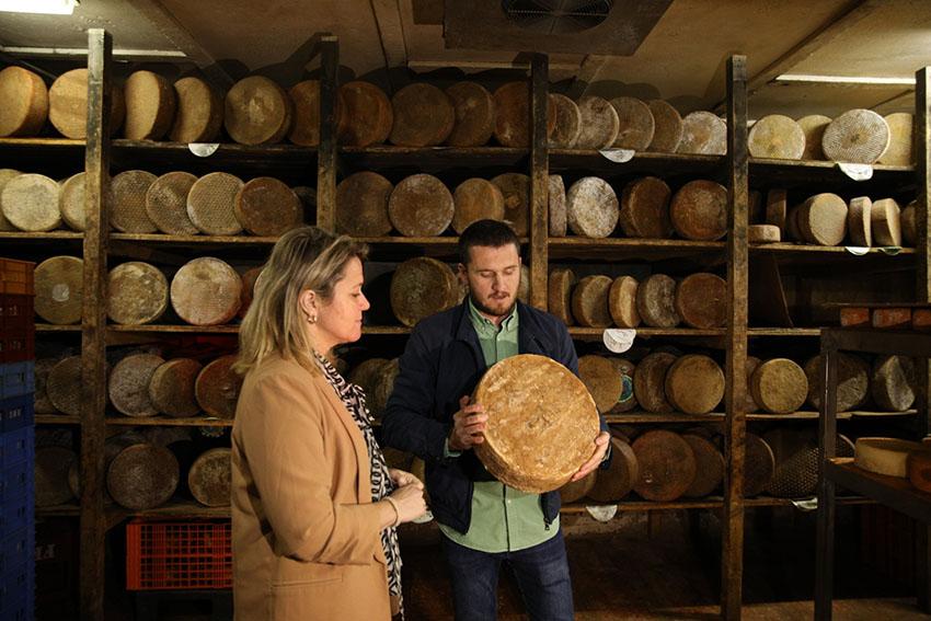 Alicia Vanoostende visitó la quesería Bolaños donde se presentó un queso gigante de 213Kg